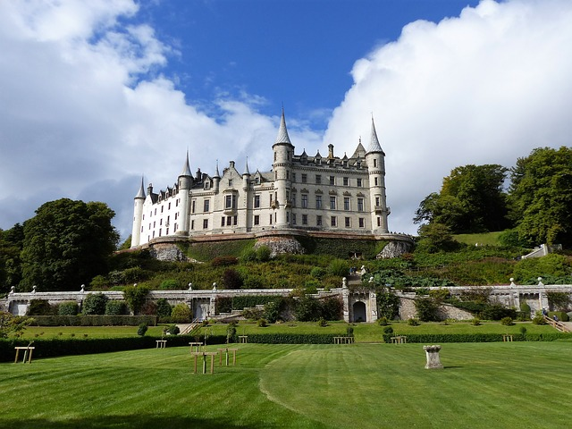 Dunrobin castle falconry
